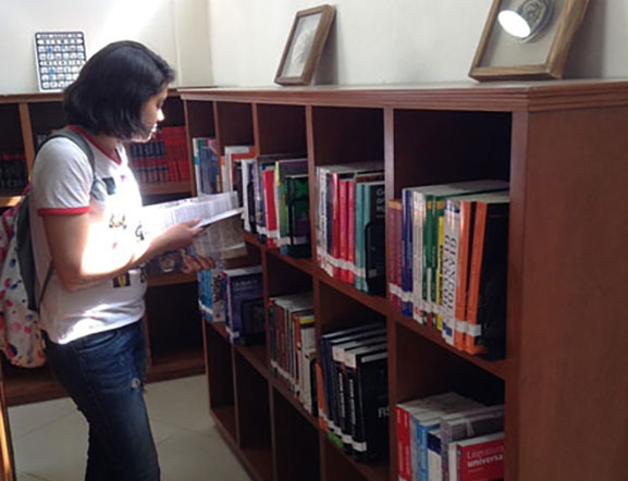 Alumna leyendo en Biblioteca Bachillerato