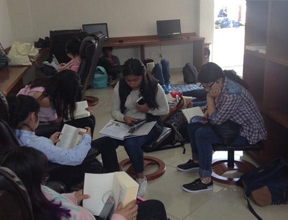 Alumnos en Taller de Lectura