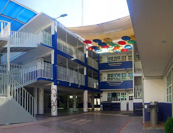 Patio Central en donde los alumnos desarrollan las actividades físicas y culturales del colegio
